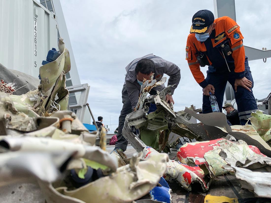 Lực lượng cứu hộ trục vớt mảnh xác máy bay. Ảnh: Reuters.