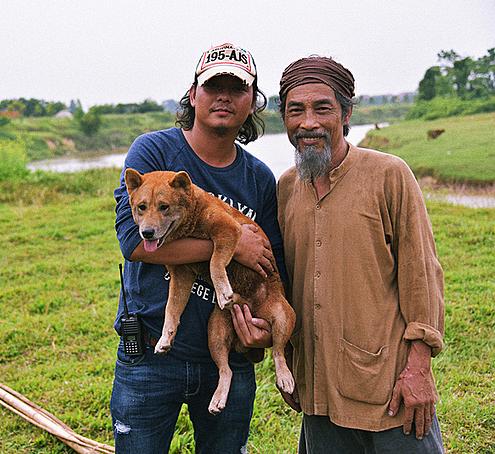 Đạo diễn Trần Vũ Thủy, nghệ sĩ Viết Liên và chú chó đóng vai Vàng.