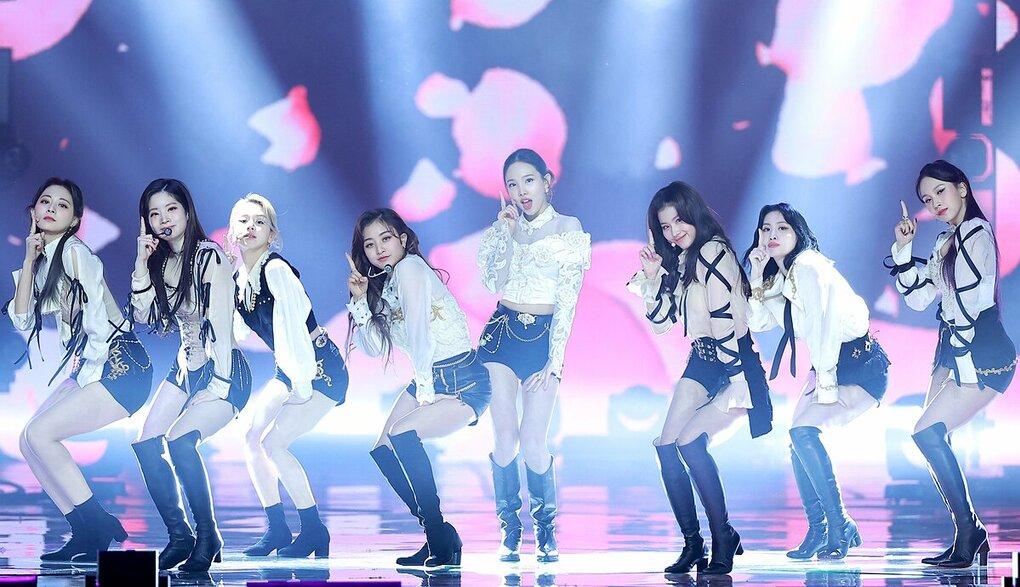 Golden Disk Awards lần thứ 35, chiều 10/1. Các cô gái nhà JYP nhận nhiều lời khen về trang phục, tạo hình trình diễn. Với More and More, Twice mang đến hình ảnh tươi sáng, năng động trong bộ outfit trắng.
