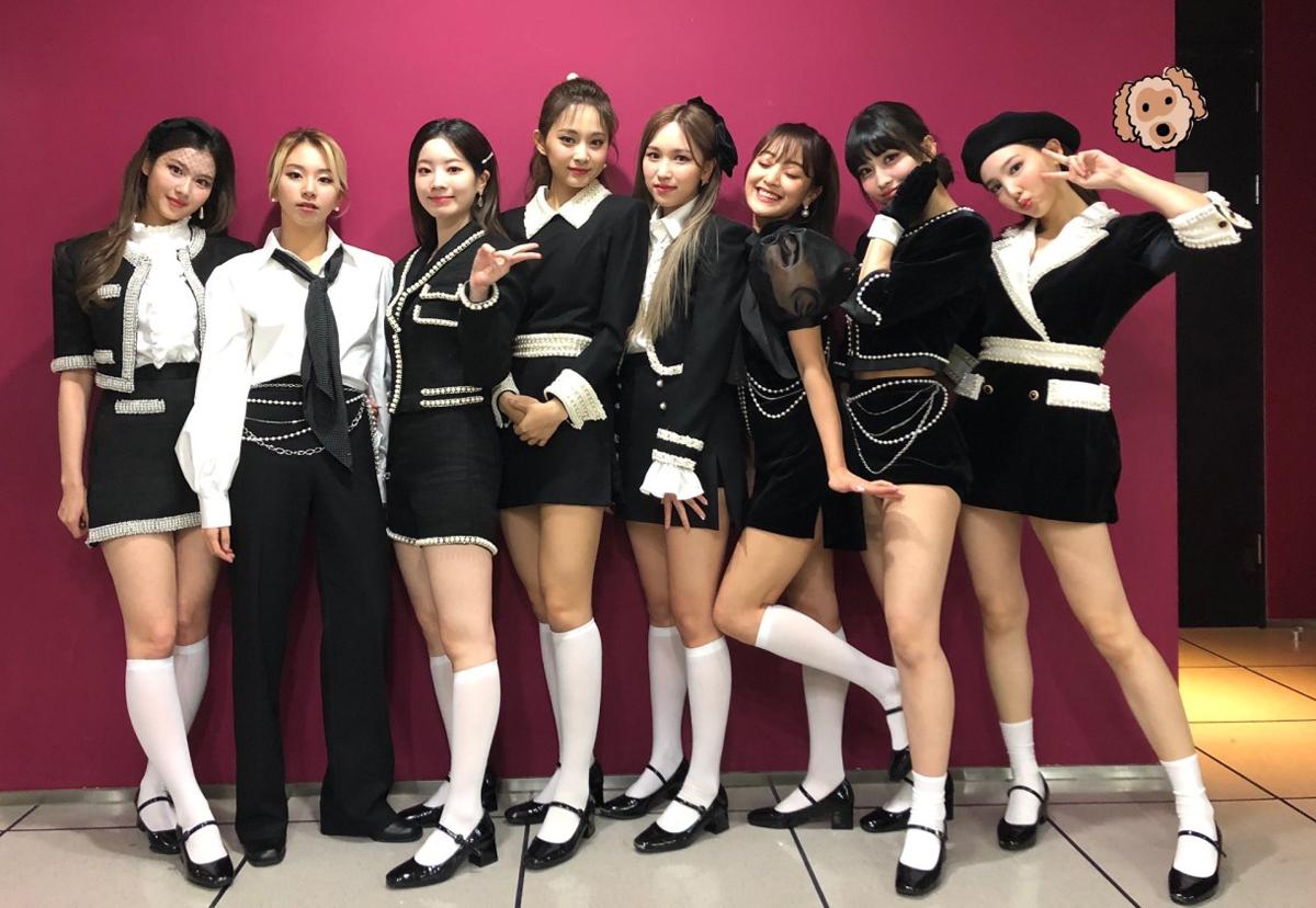 Không còn mê những kiểu đồ rối rắm nhưng rất phèn, stylist mang đến cho girlgroup nhà JYP những set đồ có tông màu cơ bản như đen, trắng, đỏ... nhưng rất sang trọng, theo cảm hứng cổ điển không lỗi mốt.