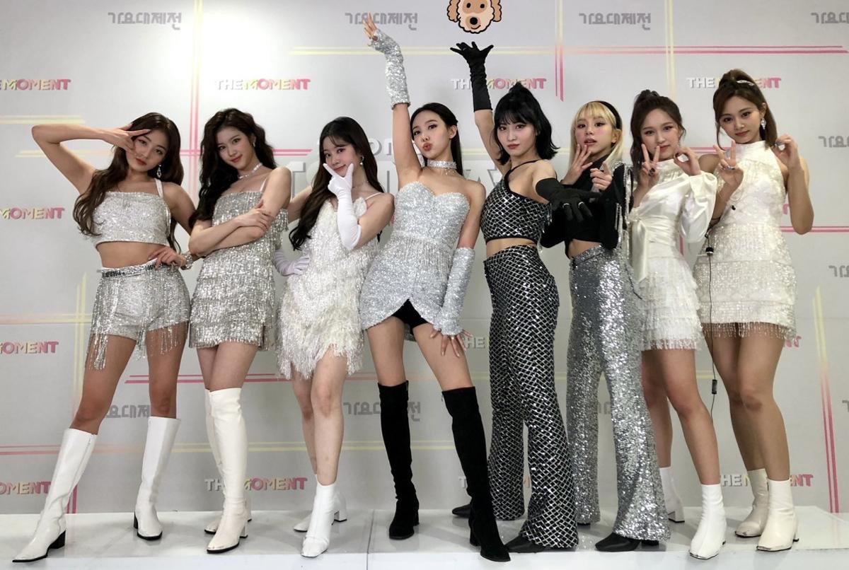Trang phục cũng dần đi theo hướng sexy và tôn dáng các thành viên hơn.