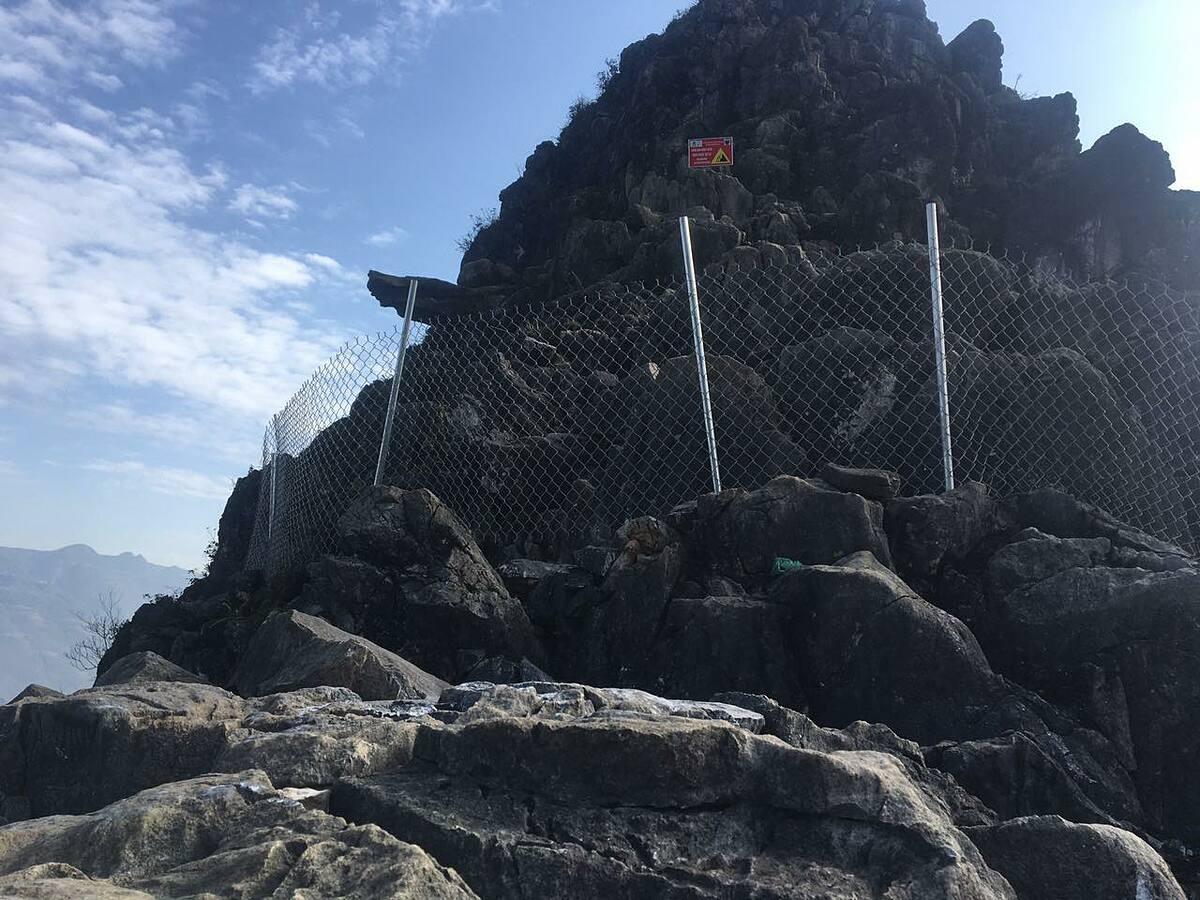 Khu vực mỏm đá thường xuyên được du khách đến check-in đã được quây lại.