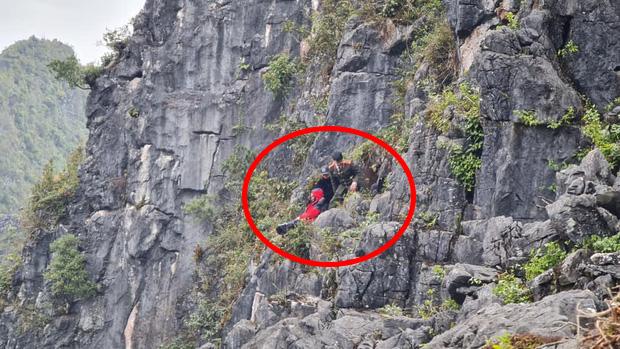 Vị trí anh Hải (áo đỏ) gặp tai nạn sau khi rơi xuống vách núi.