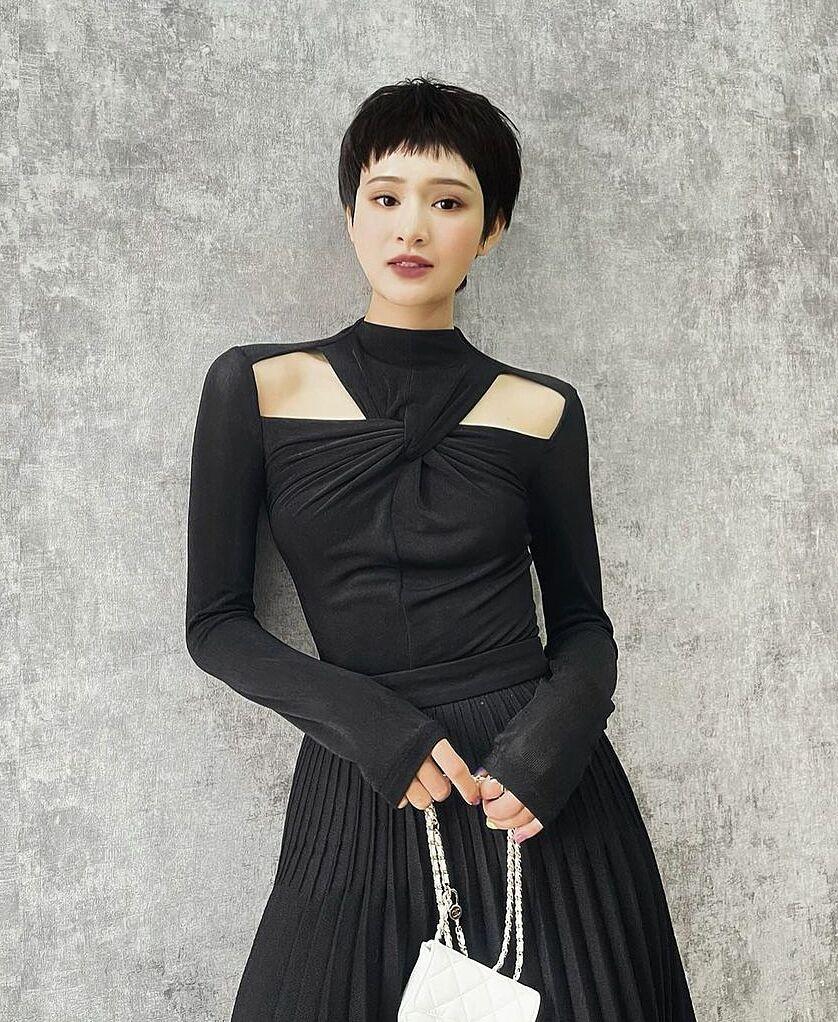 Gần đây, cô nàng còn bổ sung vào tủ đồ một chiếc đầm cut-out lạ mắt của Lespoir Studio. Trang phục có phần ngực tạo xoắn tinh tế, tôn dáng cho người mặc.