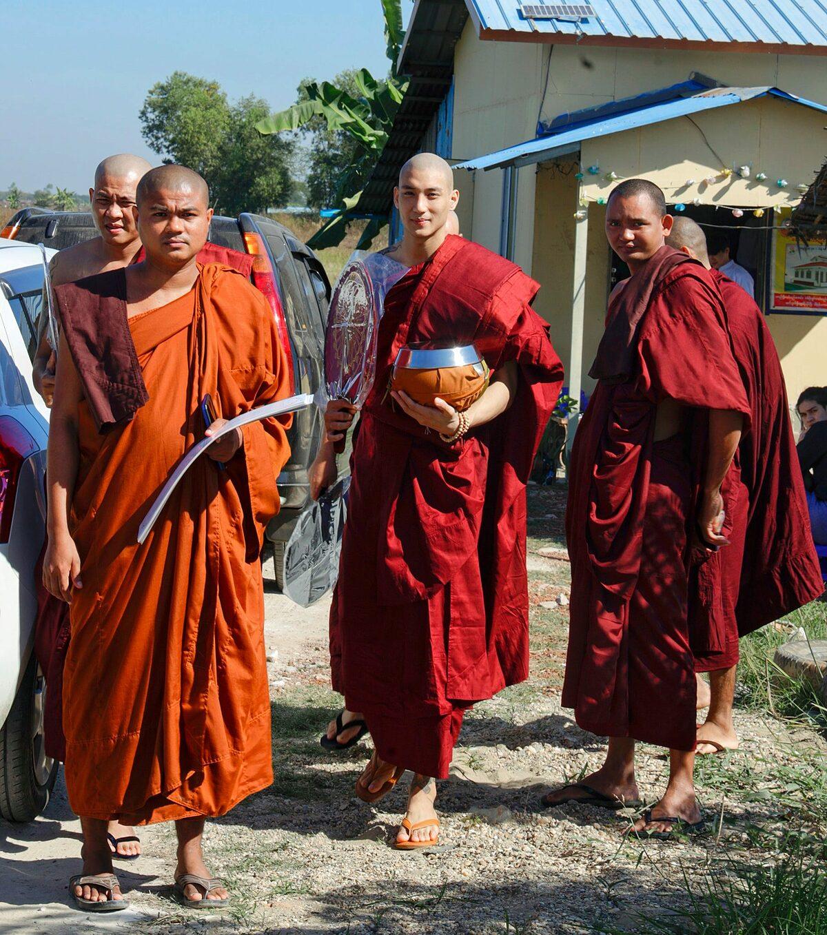 Paing Takhon tham gia một khóa tu kéo dài 10 ngày ở một ngôi chùa tại Myanmar. Năm mới 2021 của tôi bắt đầu bằng khóa tu trong 10 ngày. Tôi cảm thấy thật bình yên và hiểu rõ bản thân mình hơn, Paing Takhon chia sẻ.