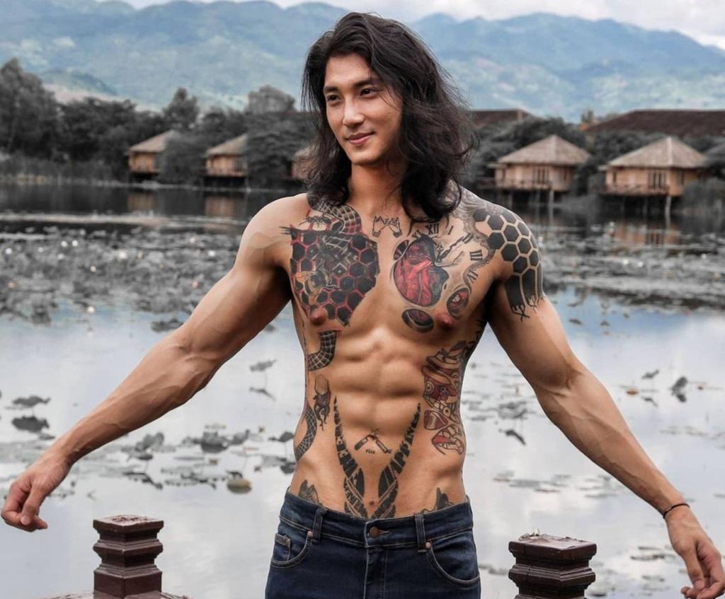 Paing Takhon sinh ra và lớn lên ở miền Nam Myanma, chạm ngõ làng thời trang từ năm 2014.