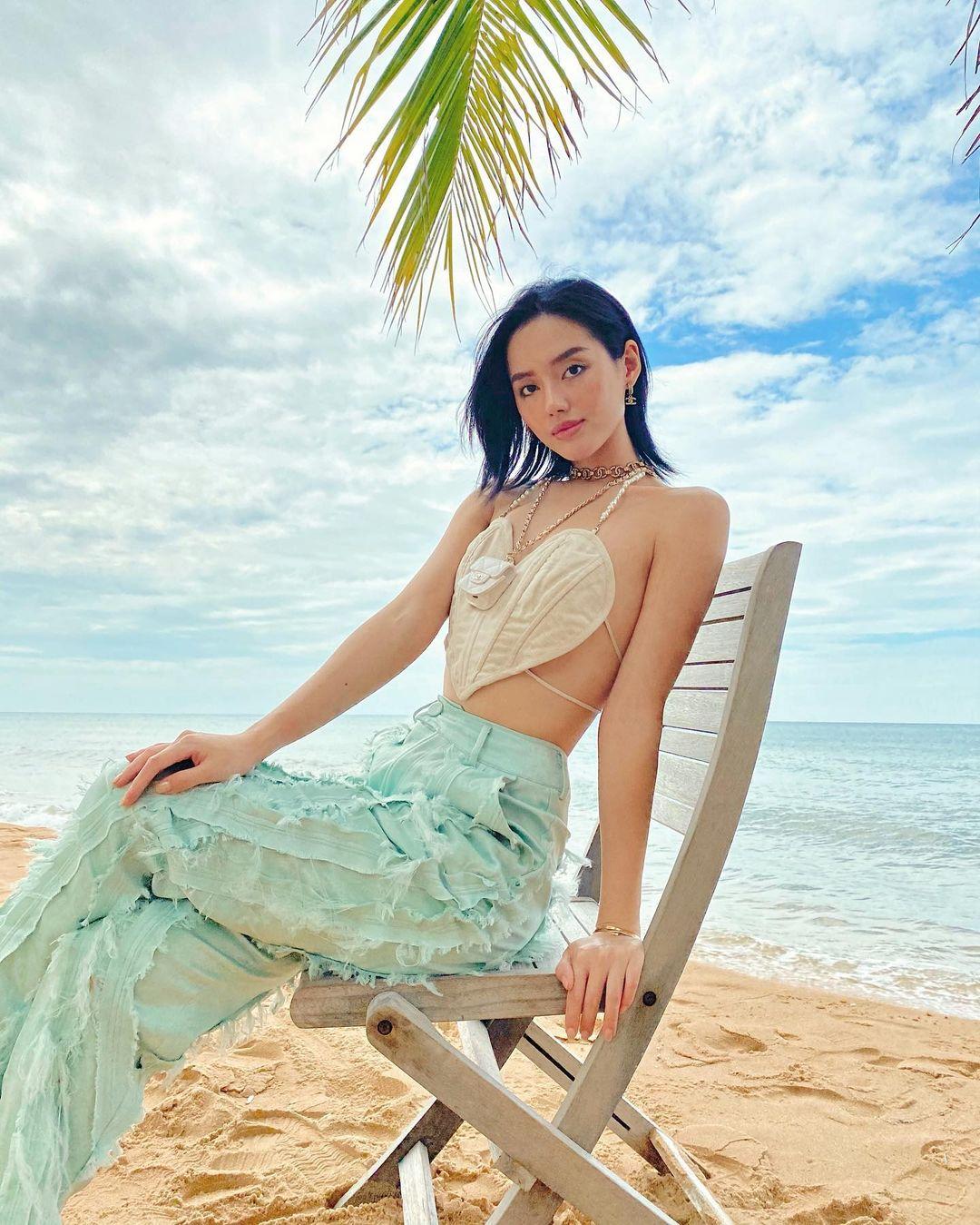 Nhờ khả năng mix đồ cùng thần thái đỉnh cao, Khánh Linh diện đồ Made in Vietnam mà chẳng khác gì hàng quốc tế. Trang phục của La Lune với chiếc áo hình trái tim chỉ đủ che vòng một giúp cô nàng nổi bần bật trên bãi biển.