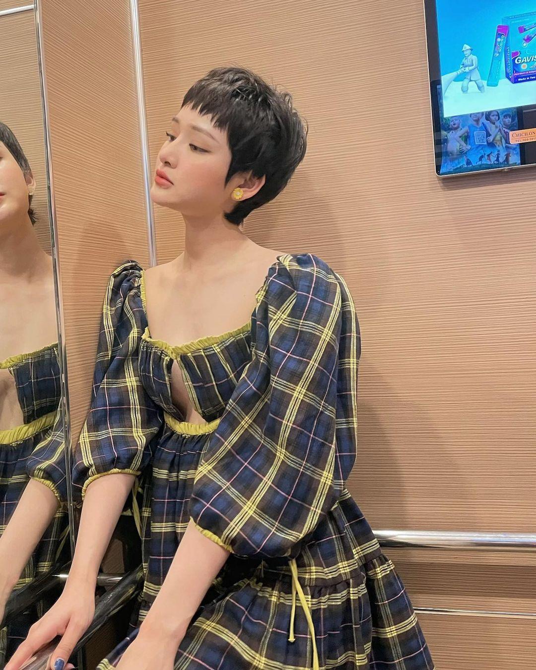 Hiền Hồ chăm chỉ săn đồ từ các local brand Việt để sở hữu váy áo xinh xắn mà không tốn quá nhiều chi phí. Chiếc đầm caro của Aeie Studios mang đến cho nữ ca sĩ vẻ trẻ trung.