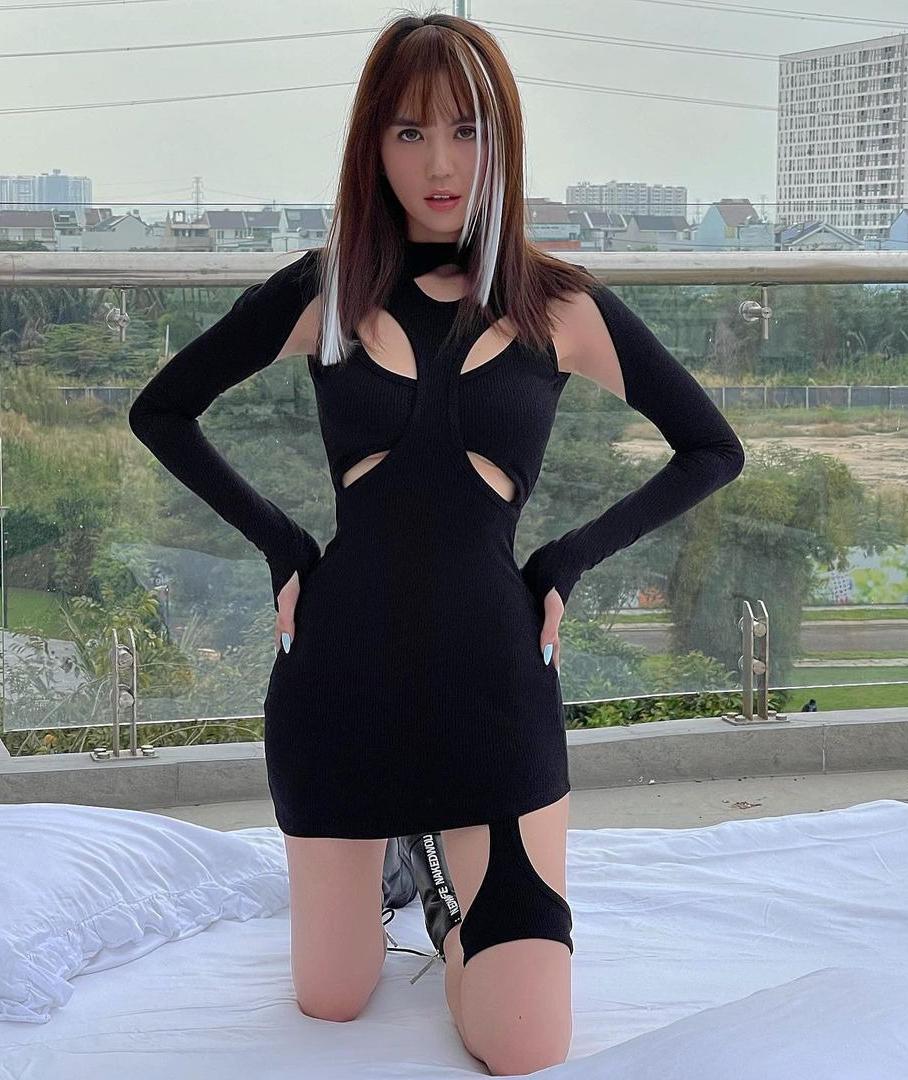 Những chiếc váy có kiểu dáng càng táo bạo, độc đáo càng được lòng sao Việt gần đây. Ngọc Trinh chẳng ngại diện chiếc đầm khoét trên khoét dưới của Erys Studio, chứng minh vóc dáng không mỡ thừa. Kết hợp cùng kiểu tóc highlight, chân dài chẳng khác gì đang mặc đồ brand quốc tế đắt đỏ.