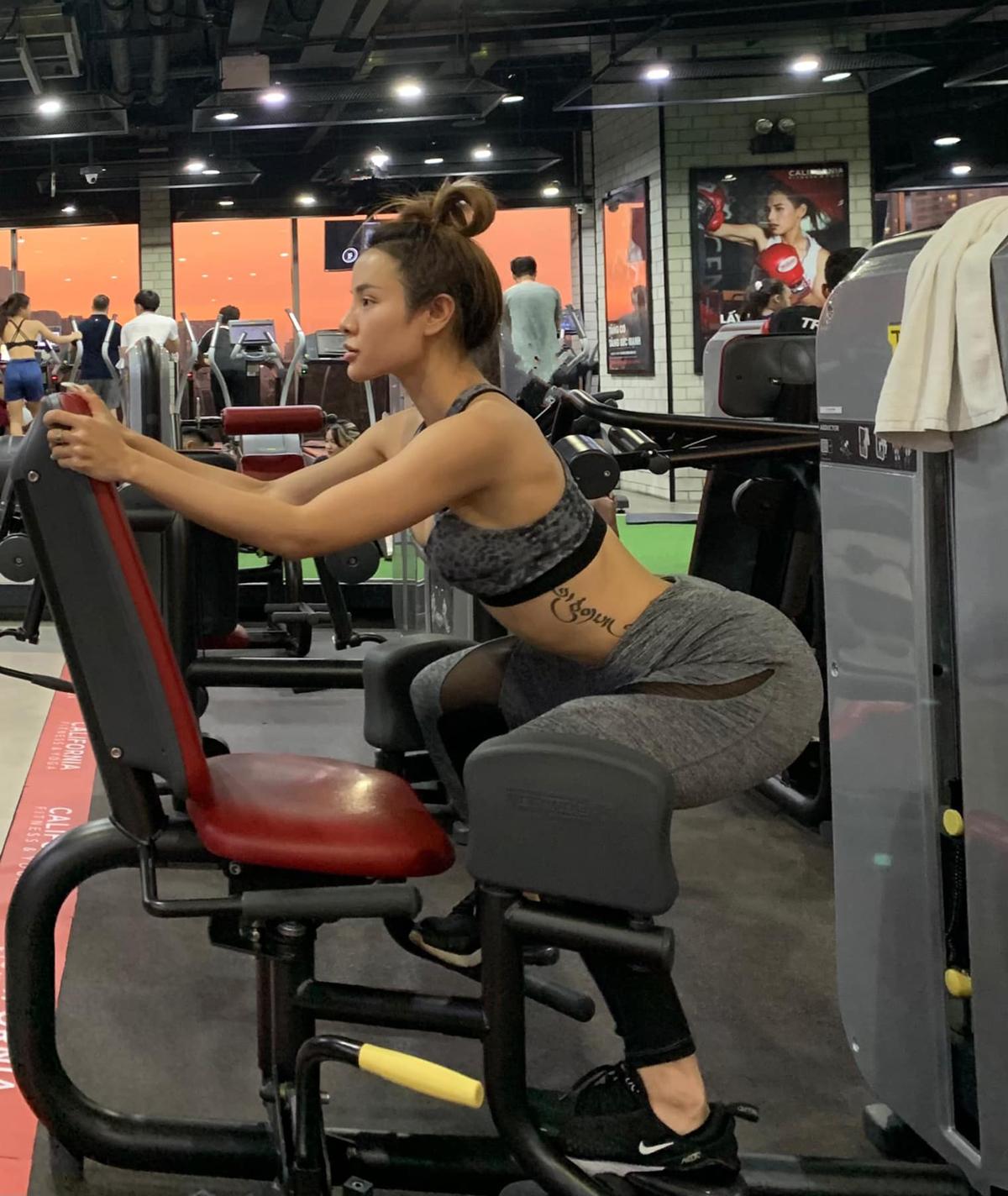 Phương Trinh Jolie khoe vòng ba cong vút khi tập gym.