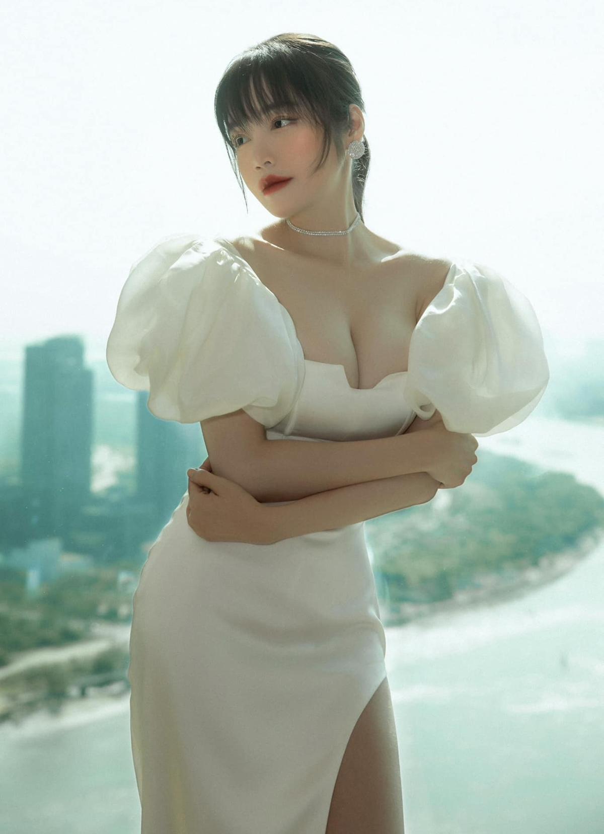 Elly Trần mặc váy khoét ngực sâu tôn vòng một căng tràn quyến rũ.