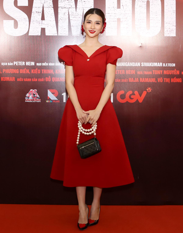 Buổi ra mắt phim còn có nhiều nghệ sĩ, ngôi sao khác. Kim Tuyến yêu kiều với chiếc váy đỏ nổi bật.