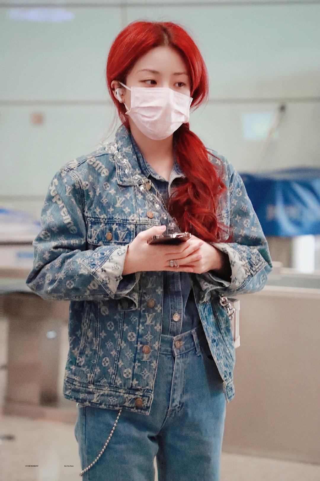 Sau ba tháng ở ẩn vì bị chấn thương, Dụ Ngôn quay trở lại sân khấu cùng The9 khiến fan háo hức. Cô nàng nhuộm màu tóc đỏ rực bắt mắt.