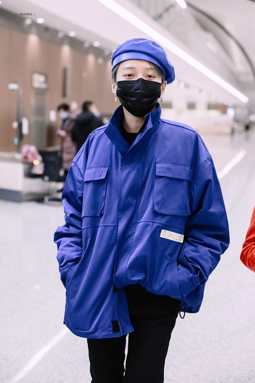 Lưu Vũ Hân gây ấn tượng với phong cách thời trang đẳng cấp, chơi trội với những tông màu nổi nhưng không bị quá đà khi ra sân bay.