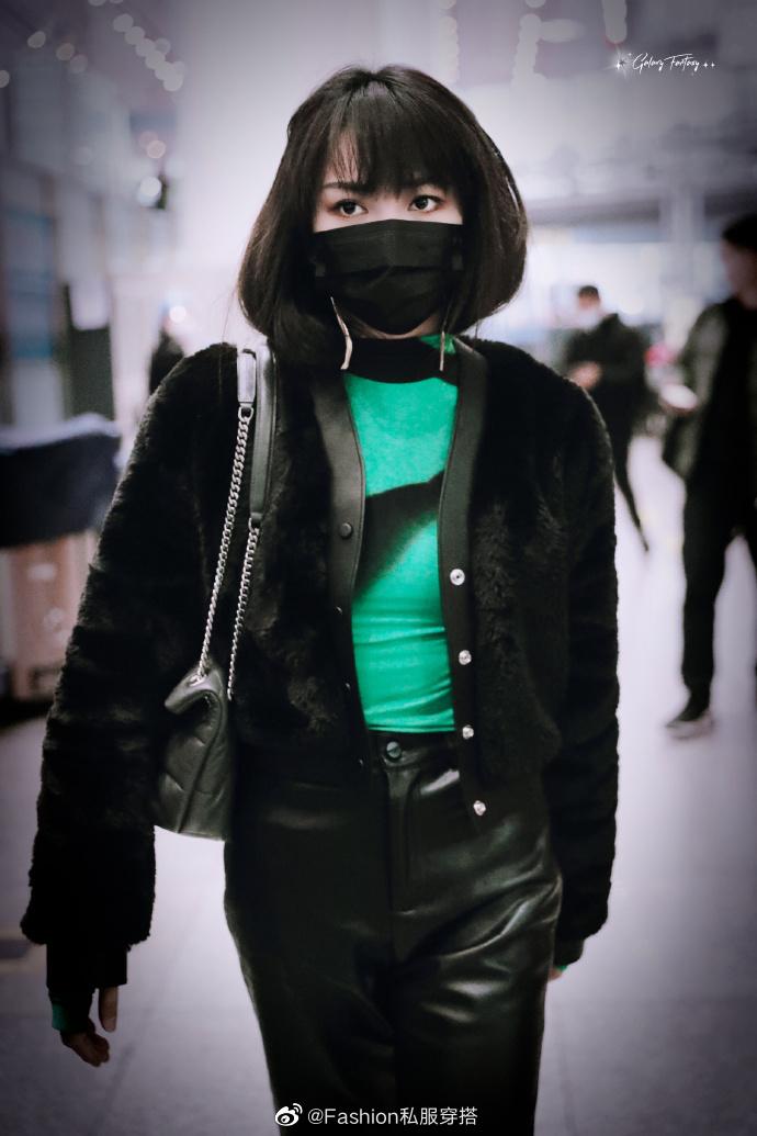 Tạ Khả Dần sở hữu phong cách của một hot girl chanh sả với áo khoác bông, quần da.