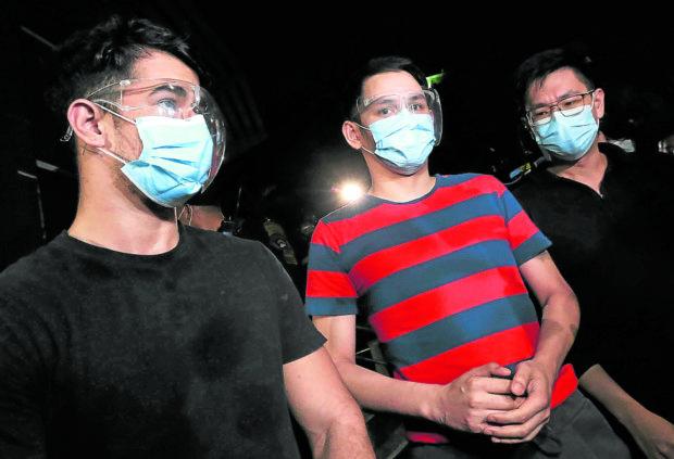 Dela Serna và Rommel Galido và  John Paul Halili (từ trái sang) trước đó bị Cảnh sát thành phố Makati tạm giữ nhưng được Văn phòng Công tố thành phố Makati ra lệnh thả vì không đủ bằng chứng.