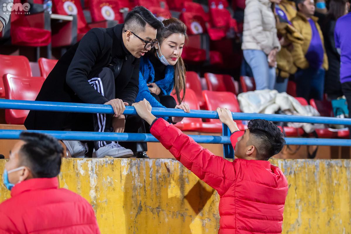 Huyền My chuyện trò với cầu thủ Trọng Đại khi kết thúc trận đấu.