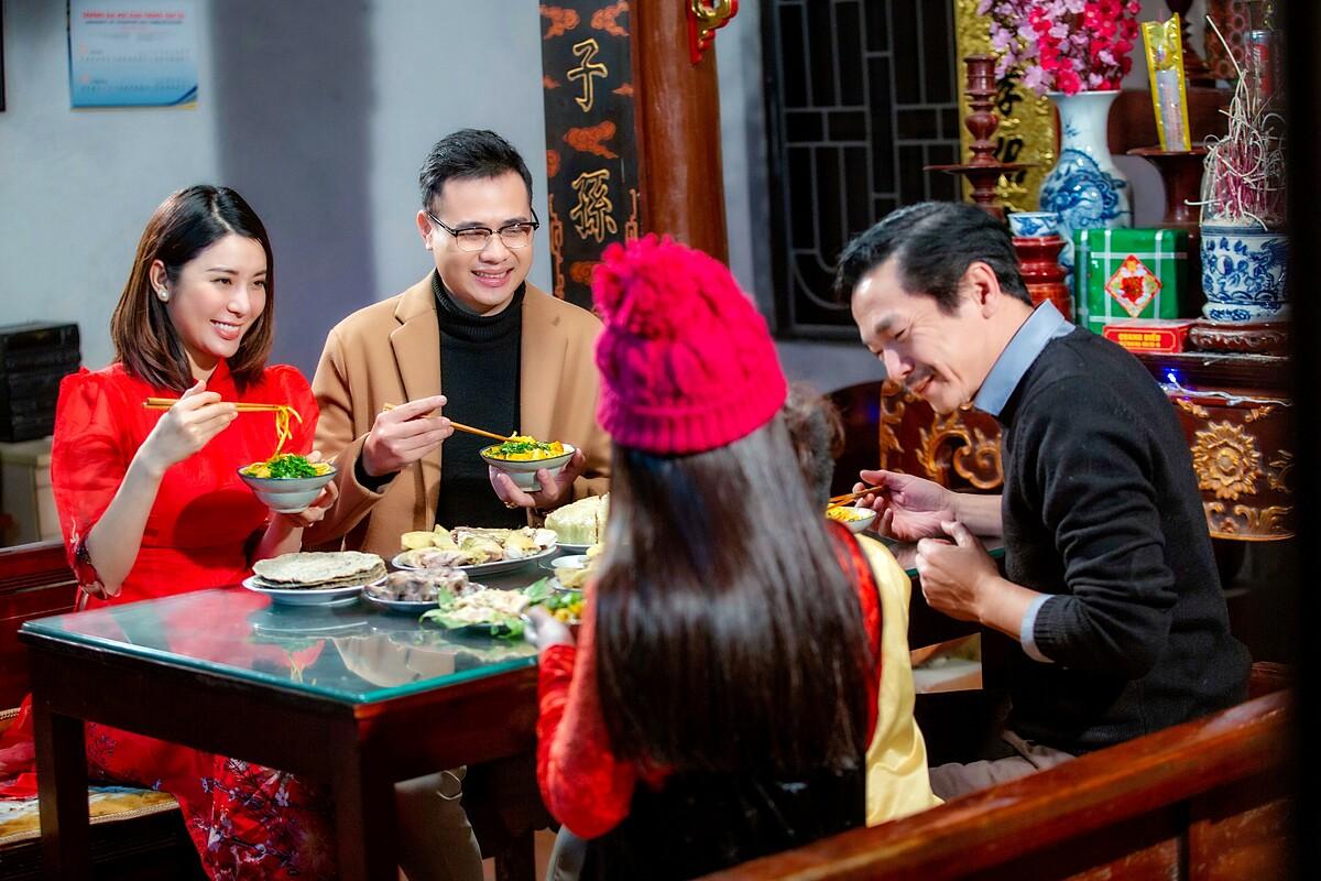 Yan My (áo dài đỏ) đóng phim Tết cùng NSND Trung Anh (áo đen).