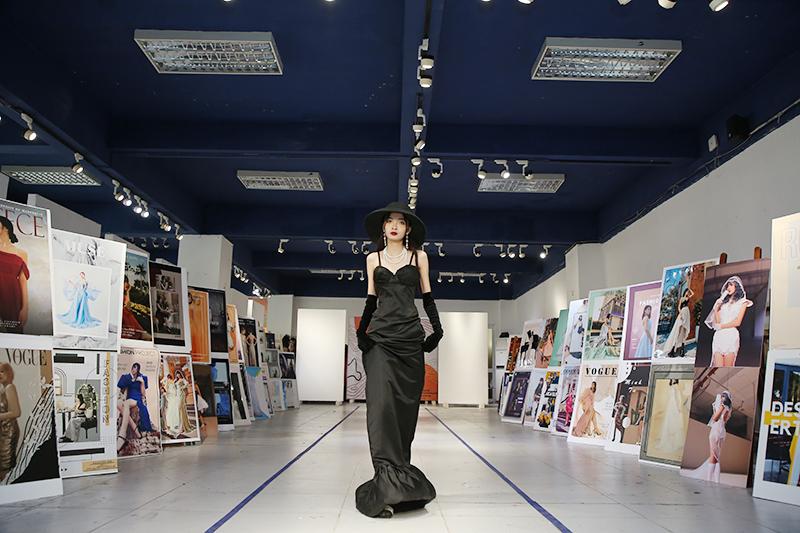 Sân khấu dài khoảng 30m được bài trí bằng các poster thời trang của các bạn sinh viên.