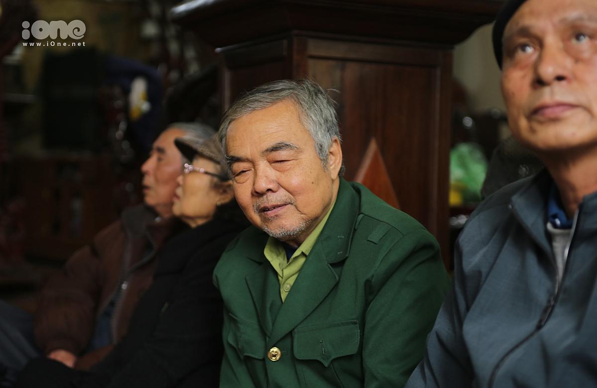 Ông Nguyễn Thuỷ - ông ngoại của nạn nhân (áo xanh).