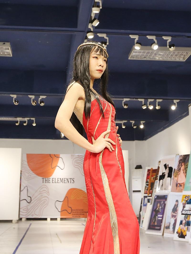 Tác phẩm của Thanh Lịch khá cầu kỳ với nhiều đường cắt chạy dọc thân váy và lớp đính kết tạo sự sang trọng cho trang phục.