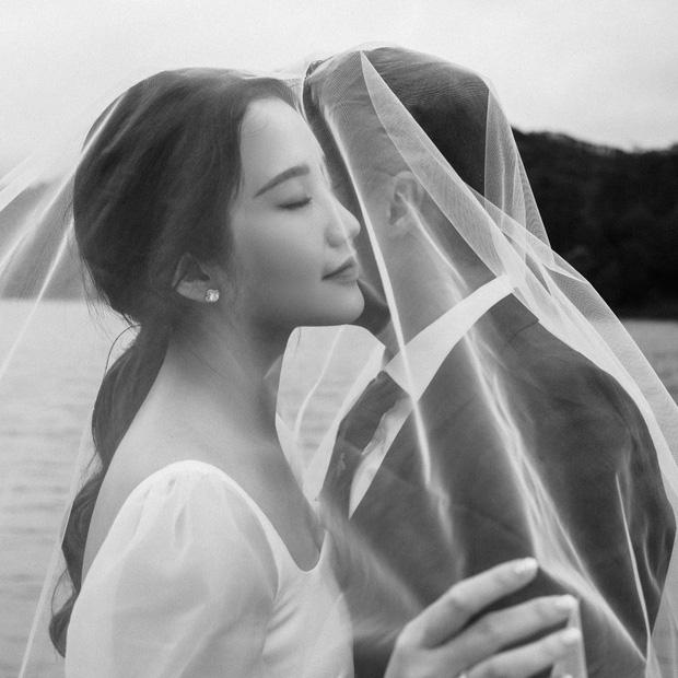 Nôn cưới như Phan Thành: Hết khoe ảnh cưới, giờ là tấm thiệp mời trên bàn - 2