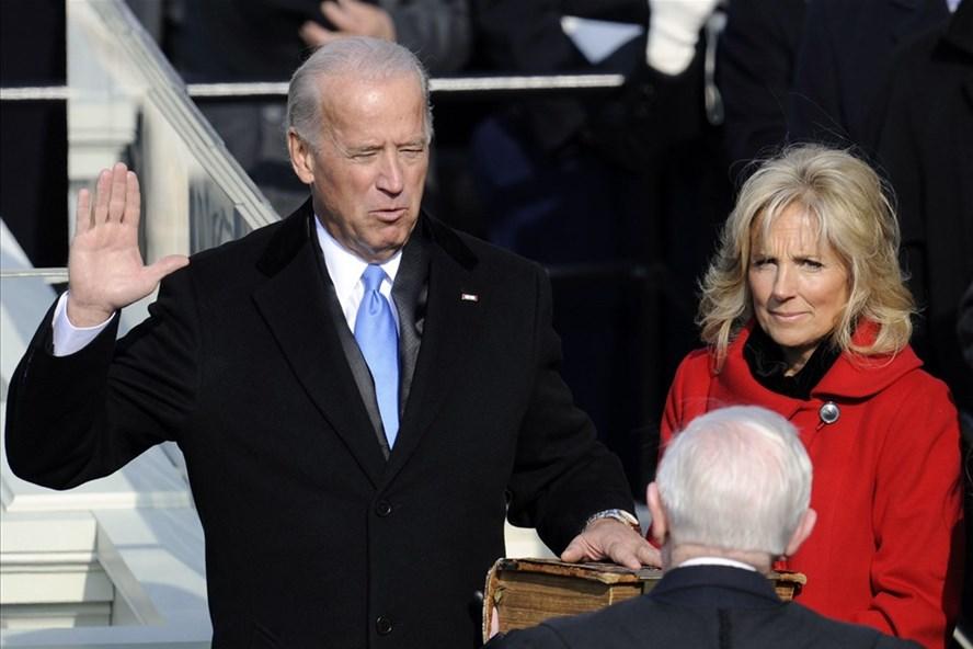 Joe Biden tuyên thệ nhậm chức Phó Tổng thống Mỹ dưới thời làm phó tướng trong chính quyền Tổng thống Barack Obama. Ảnh: AFP.