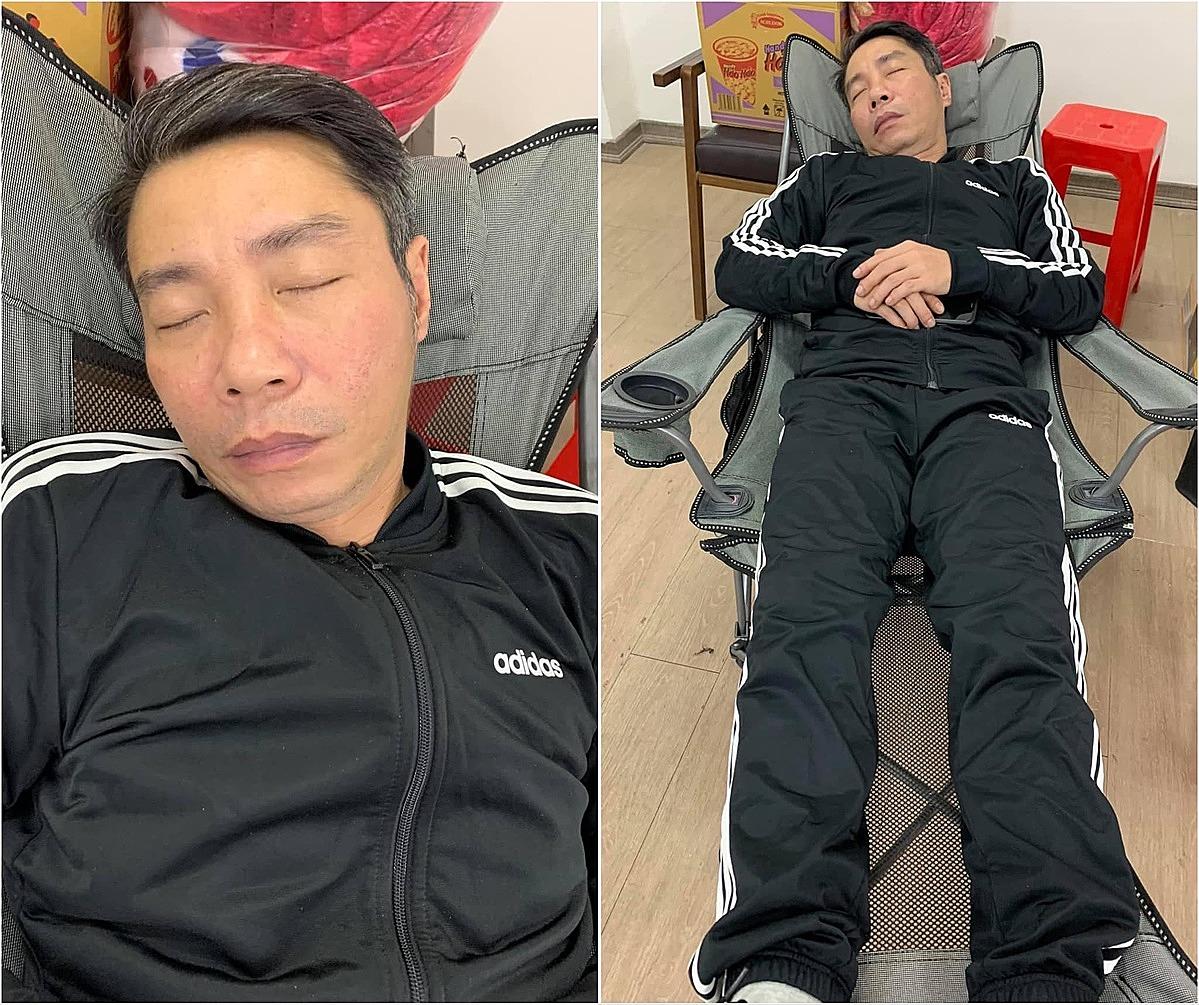 Nghệ sĩ Công Lý tranh thủ ngủ sau thời gian tập luyện kéo dài. Mới chầu có 15 tiếng liền không nghỉ đã ngứt rồi sao ới cô Đẩu ơi!, nghệ sĩ Chí Trung đăng tài kèm bức ảnh.