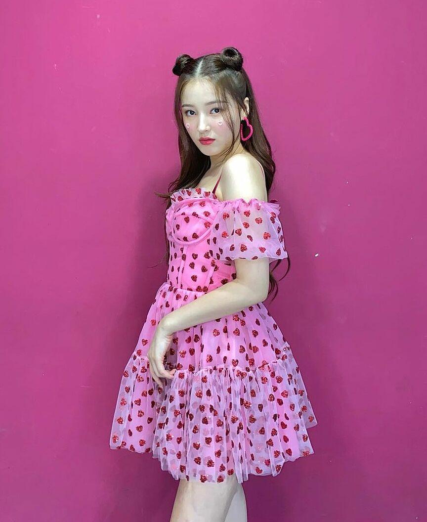 Váy áo biểu diễn của cô nàng gần đây có tông hồng pastel làm chủ đạo, giúp Nancy tôn lên vẻ đẹp ngọt ngào như búp bê.