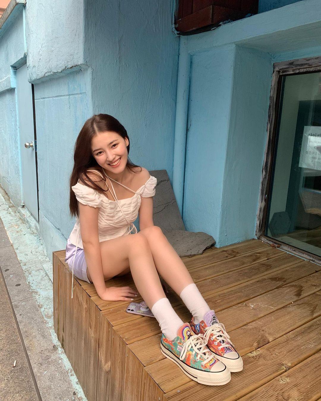 Không chỉ mê tít đồ pastel khi lên sân khấu, ở đời thường, nữ idol cũng chuộng sử dụng các gam nhẹ nhàng, xinh yêu như hồng, xanh, tím.
