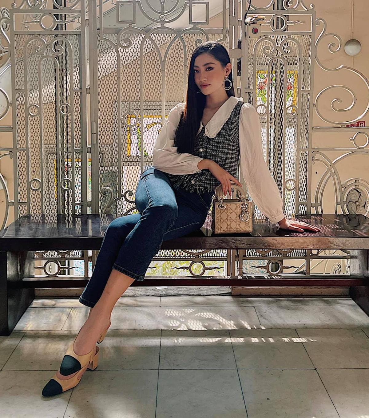 Lương Thùy Linh mặc sơ mi cùng quần jeans đơn giản nhưng vẫn toát lên dáng vẻ của một quý cô thanh lịch nhờ set túi Dior, giày Chanel thanh lịch đi kèm.