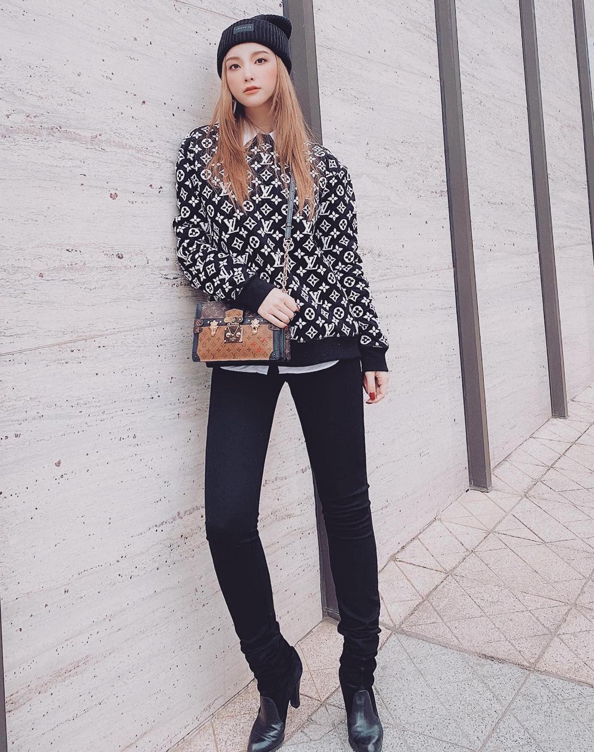 Hạnh Sino kết hợp áo len Louis Vuitton bên ngoài sơ mi trắng, vừa giữ ấm trong mùa đông lại vừa tạo hình ảnh trẻ trung.