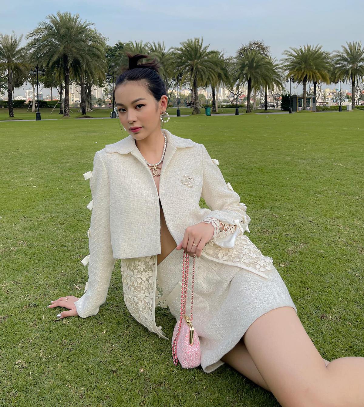 Set váy áo tông trắng mang đến cho Phí Phương Anh vẻ đẹp vừa gợi cảm, vừa cổ điển.