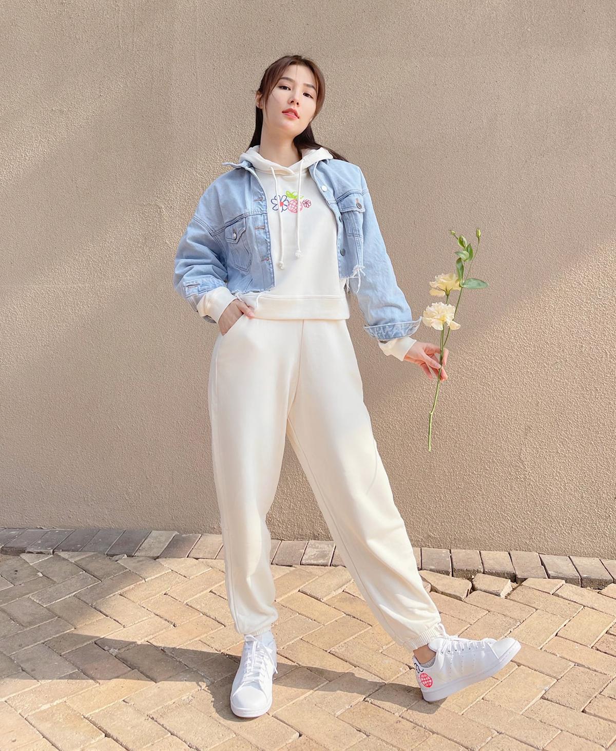 Trang phục nỉ được Diễm My 9x trưng dụng khi ra phố. Cách mix đồ này vừa thoải mái lại vừa giúp người mặc ăn gian tuổi.