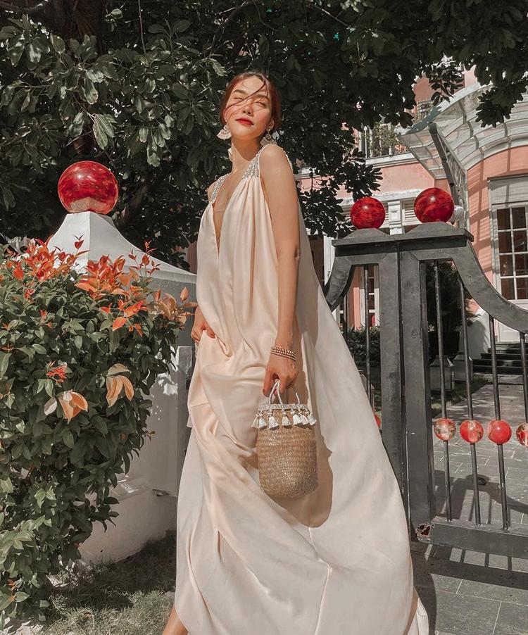 Chiếc váy tung bay của Lan Khuê rất thích hợp với không gian mát lành ở khu nghỉ dưỡng.