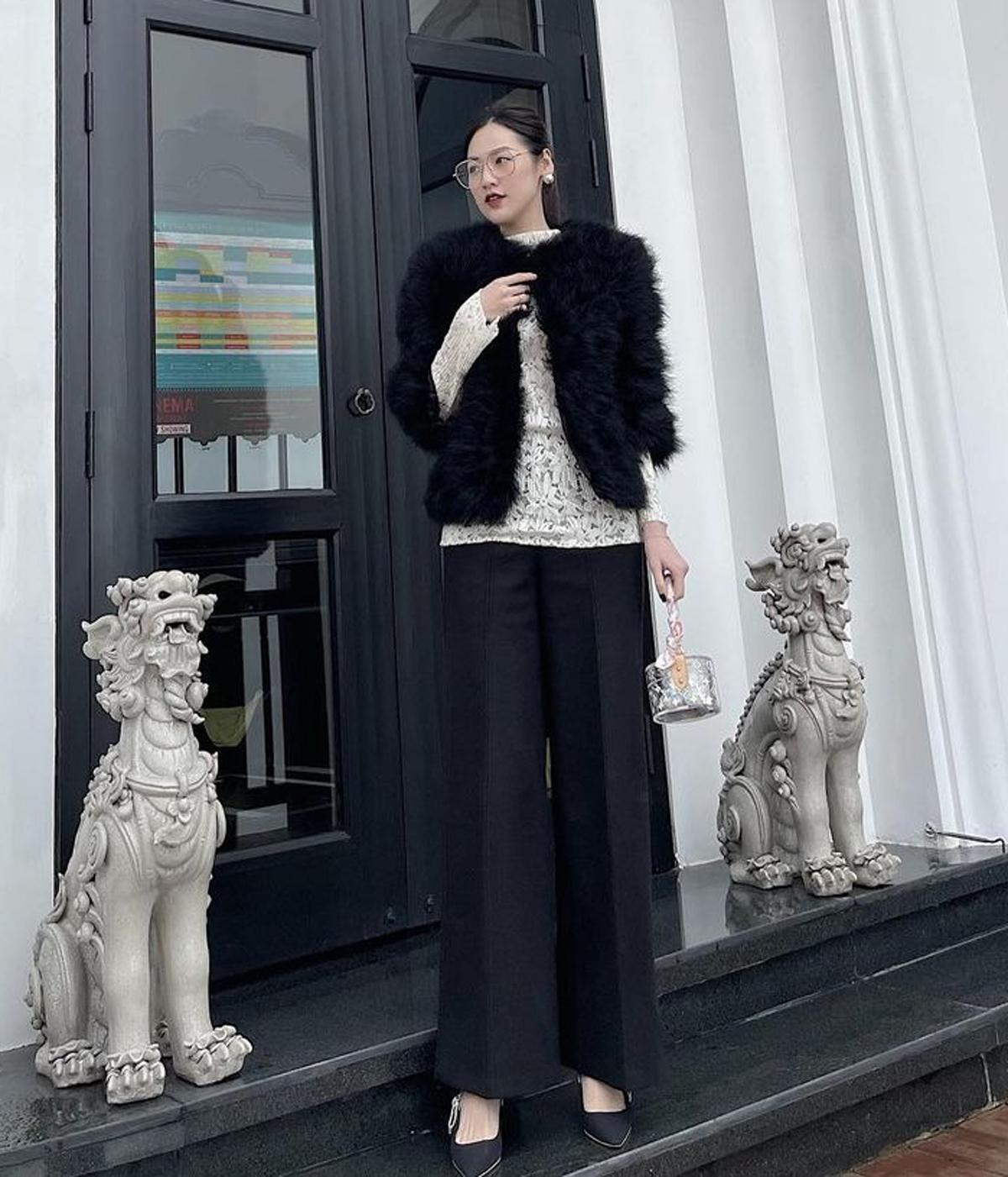 Tú Anh diện áo ren kết hợp cùng quần suông thanh lịch. Chiếc áo lông và túi Louis Vuitton giúp á hậu hoàn thiện vẻ sang chảnh cho set đồ.