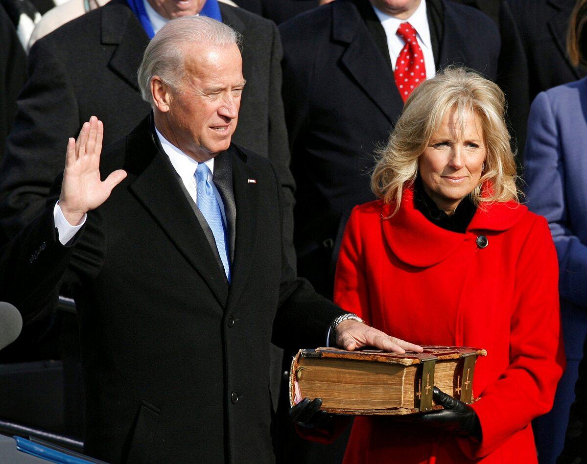 Phó tổng thống Joe Biden tuyên thệ nhậm chức năm 2009. Ảnh: Reuters.