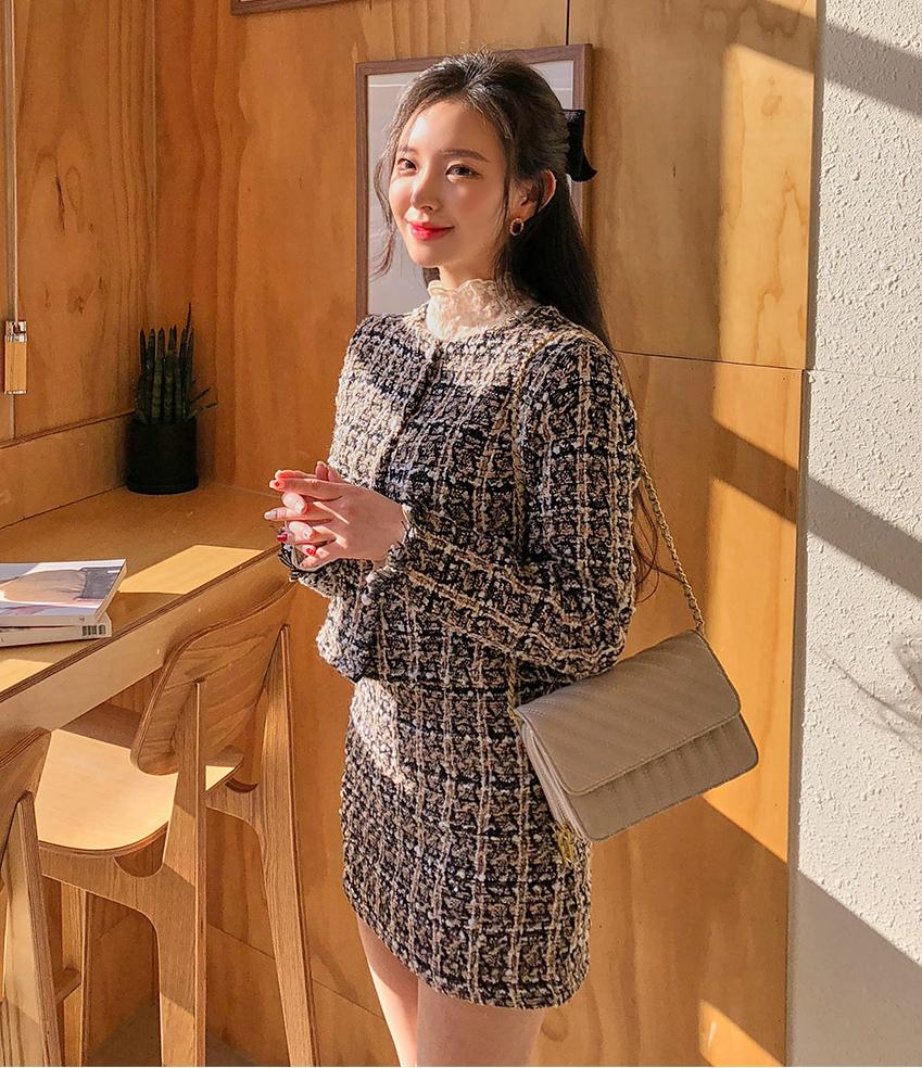 Diện vải tweed cả cây với những tông màu tươi sáng cũng là một cách có thể thử để chinh phục mốt đồ hot trend nhưng khá khó nhằn.