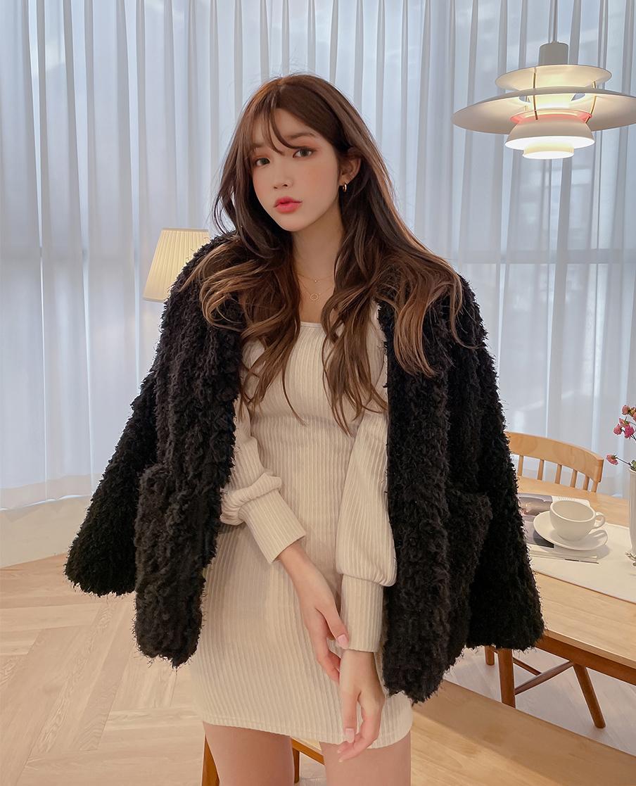 Từ chất liệu cho đến kiểu dáng của mốt áo khoác này đều rất thời thượng và sang chảnh, tuy nhiên nó không phải là kiểu đồ có thể chiều lòng mọi cô gái. Với phom dáng khá đồ sộ, áo lông xù dễ khiến người mặc trông đầy đặn hơn.