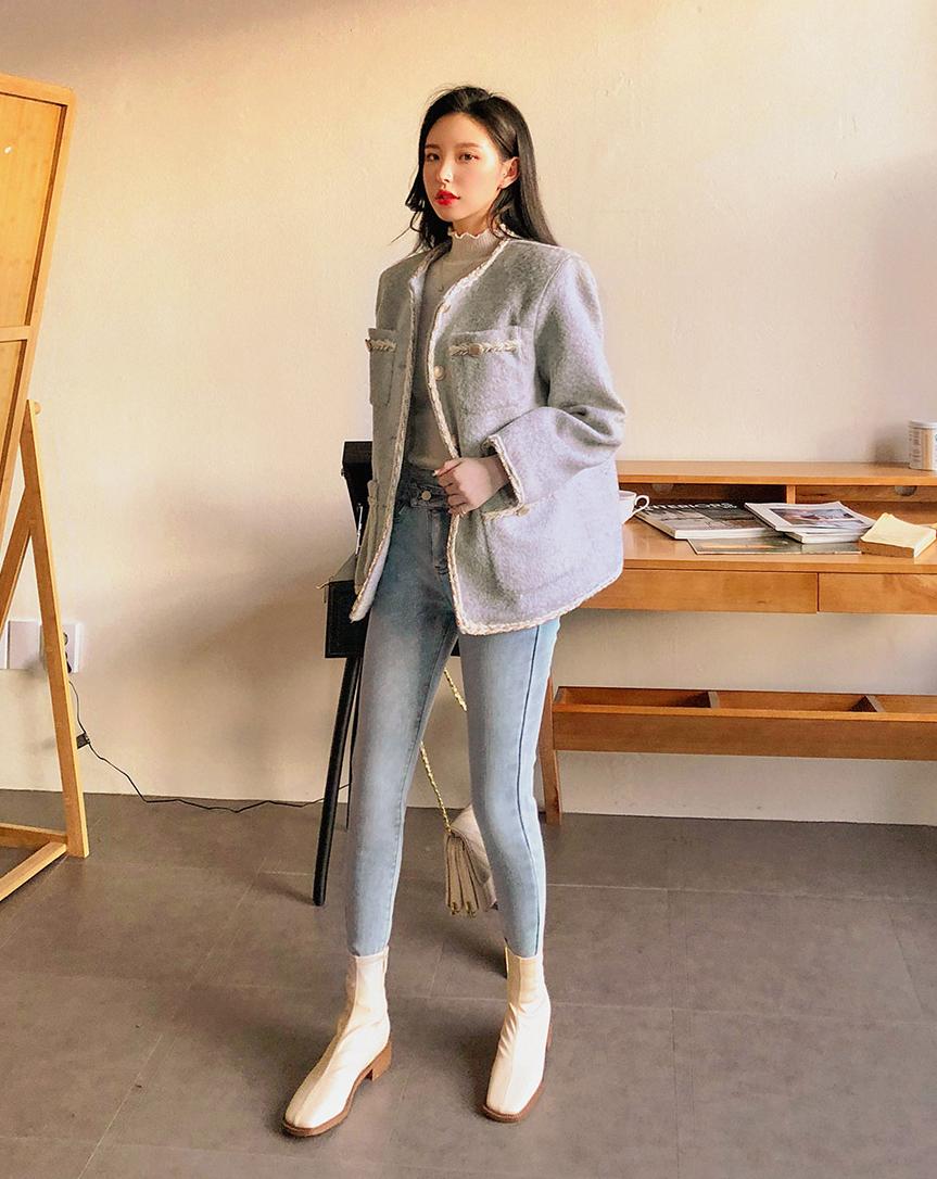 Là một đại diện của phong cách quý tộc, áo khoác vải tweed có khả năng nâng tầm mọi set đồ, giúp các cô gái có vẻ ngoài kiêu sa như các tiểu thư. Tuy nhiên, cũng vì mang hơi hướng cổ điển mà áo tweed có thể khiến người mặc bị cộng thêm tuổi.