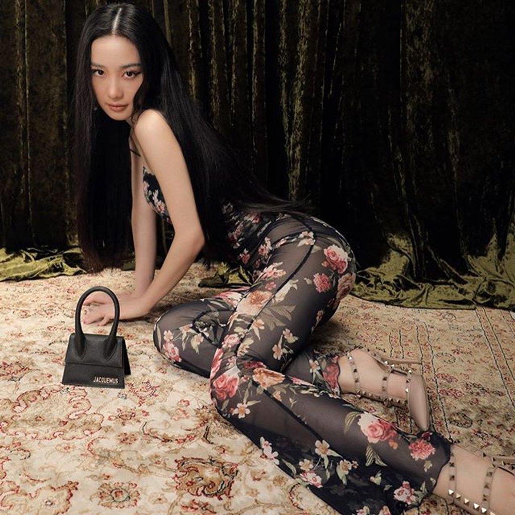 Jun Vũ cũng đụng độ Ngọc Trinh mẫu quần xuyên thấu có họa tiết hoa lá, giúp che bớt những khoảng hở trên đôi chân.