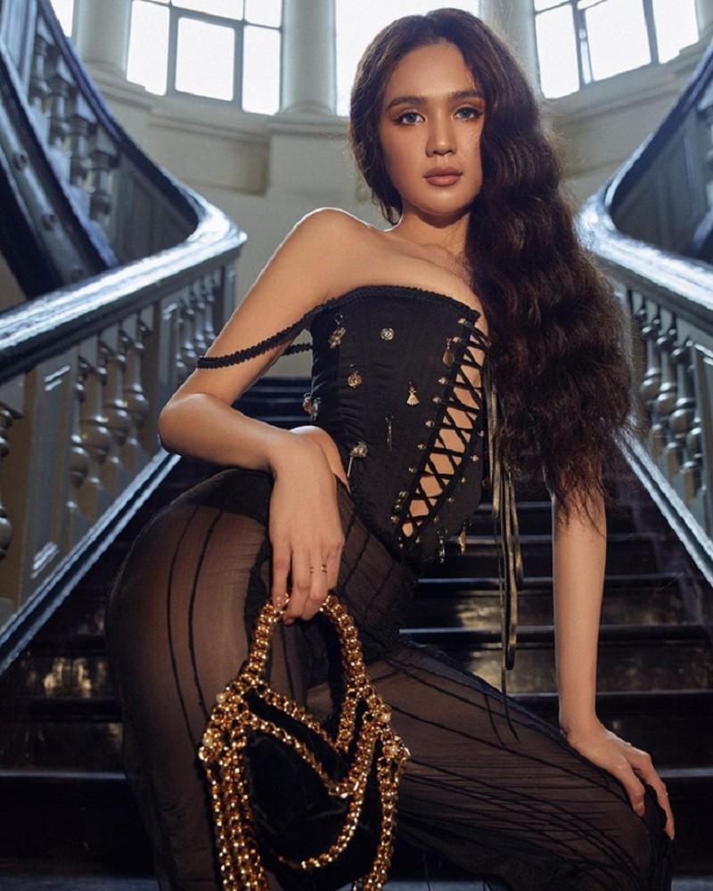 Chân dài diện nhiều mẫu quần của các local brand Việt Nam, với đặc trưng là lớp vải ngoài mỏng thấu da thịt, phía trong là quần nội y tông xuyệt tông để không quá phản cảm.