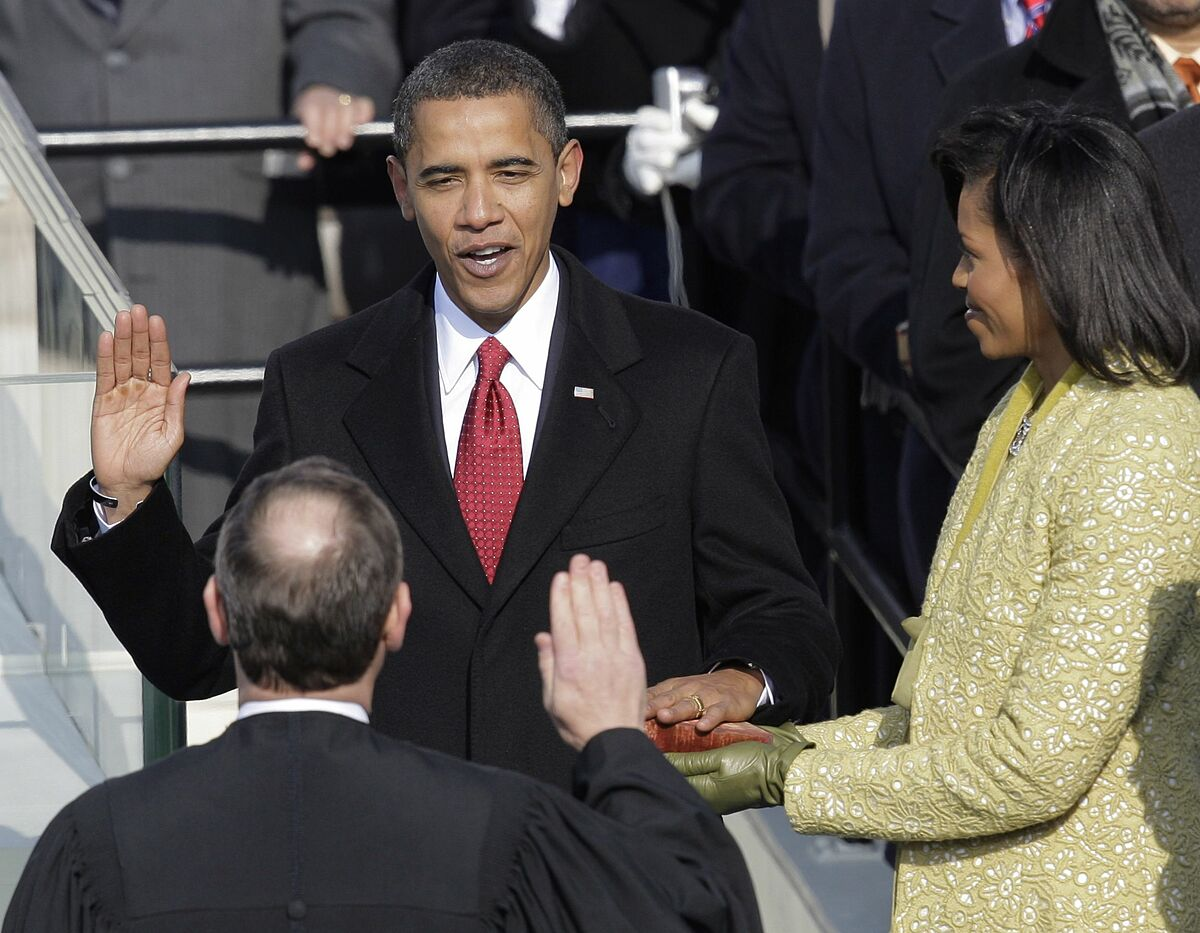 Tổng thống Obama đọc lời tuyên thệ.
