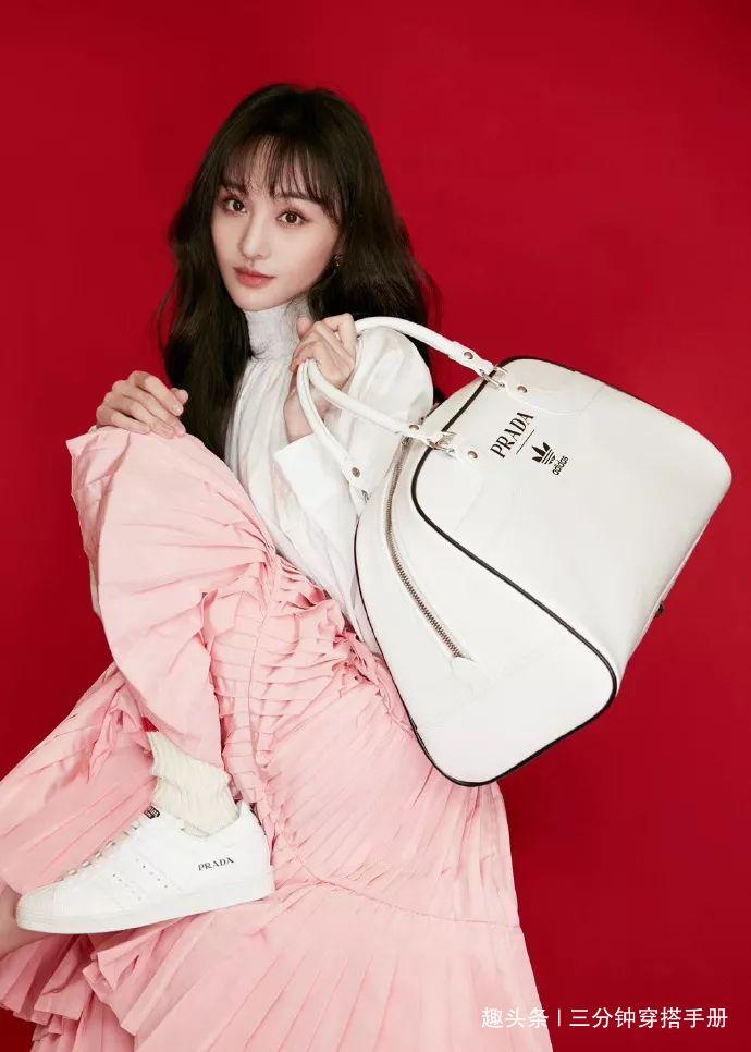 Khi đặt Trịnh Sảng lên bàn cân so sánh với một đại sứ khác của Prada là Irene (Red Velvet), nhiều người chê cả hai bằng tuổi nhưng trông Trịnh Sảng lép vế hoàn toàn, không toát lên khí chất cao sang, high fashion như nữ idol Kpop.