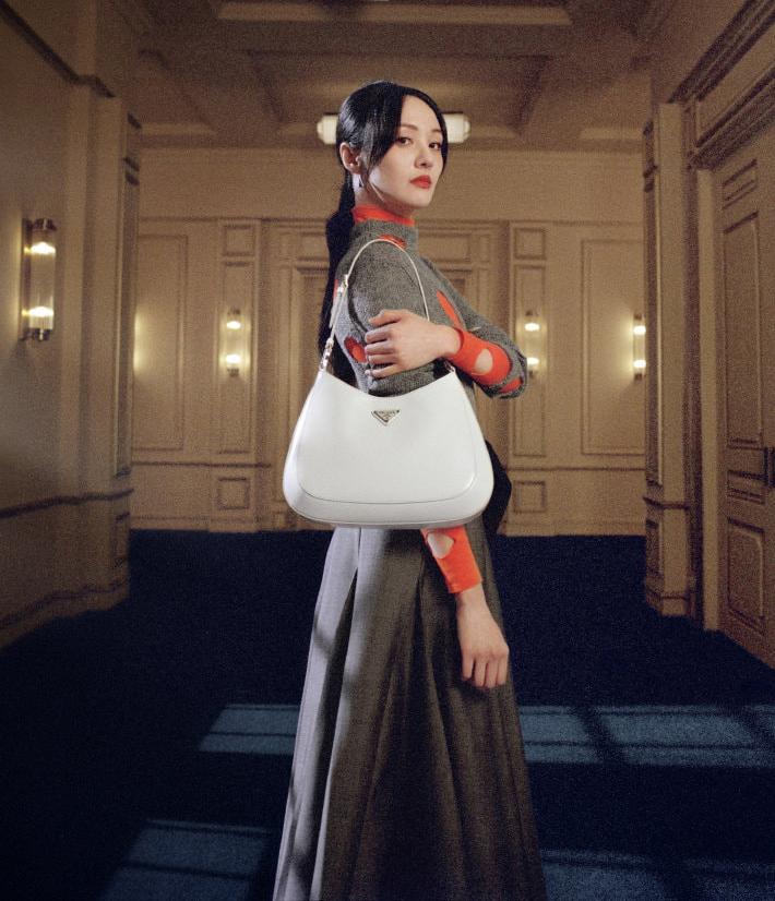 Gần đây, Trịnh Sảng gây chú ý khi trở thành đại sứ của Prada tại thị trường Trung Quốc. Dù từng bị chê hết thời, nữ diễn viên vẫn được nhà mốt cao cấp đến từ Italy dành sự tin tưởng. Từ trước đến nay, Trịnh Sảng vốn không phải cái tên nổi bật trong lĩnh vực thời trang. Vì vậy khi thành gương mặt quảng bá cho Prada, cô cũng nhiều lần gây tranh cãi vì phong cách ăn mặc.