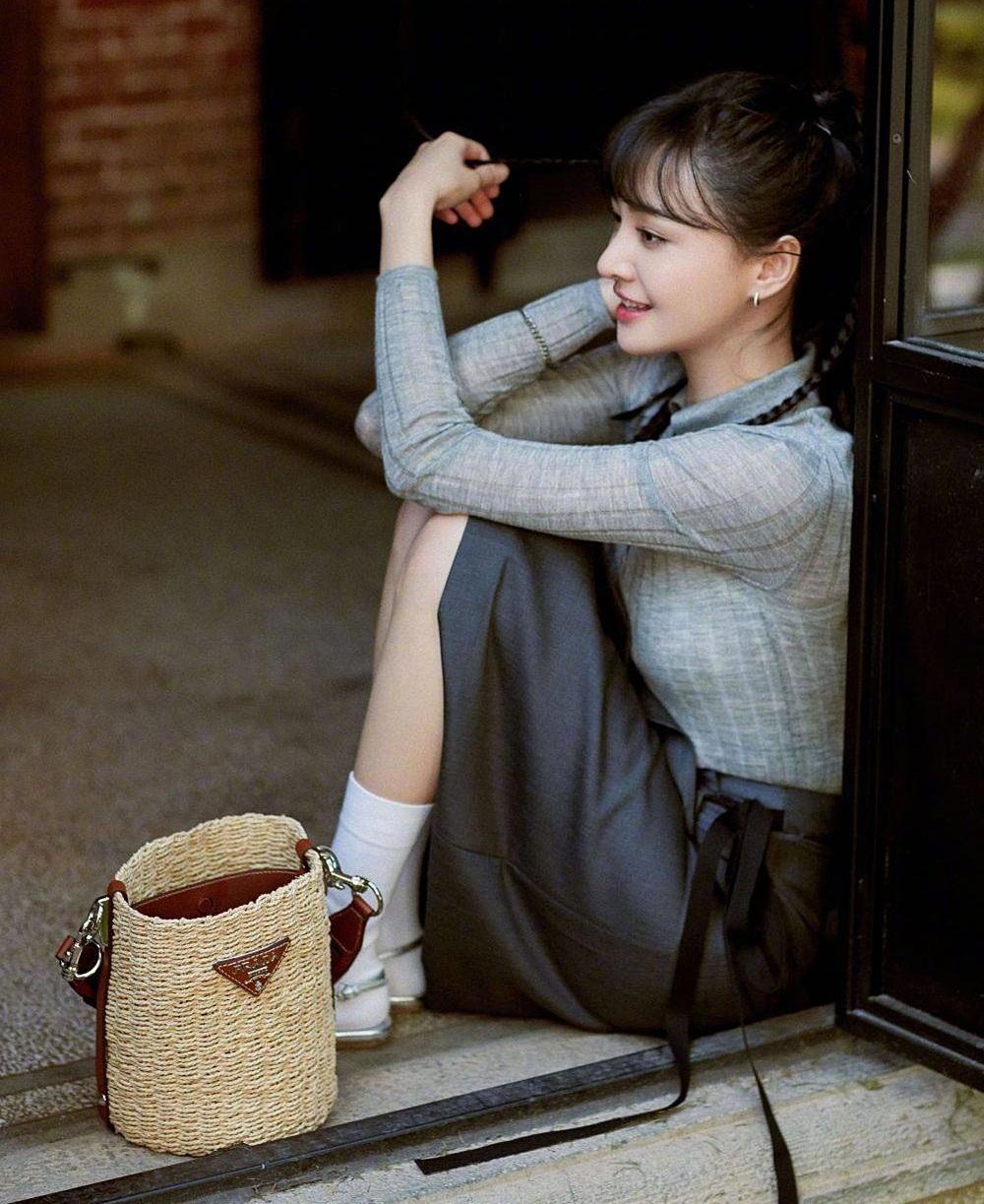 Cô cũng nhận được nhiều lời khen khi ăn vận thanh lịch, nhẹ nhàng với trang phục thường ngày của Prada.