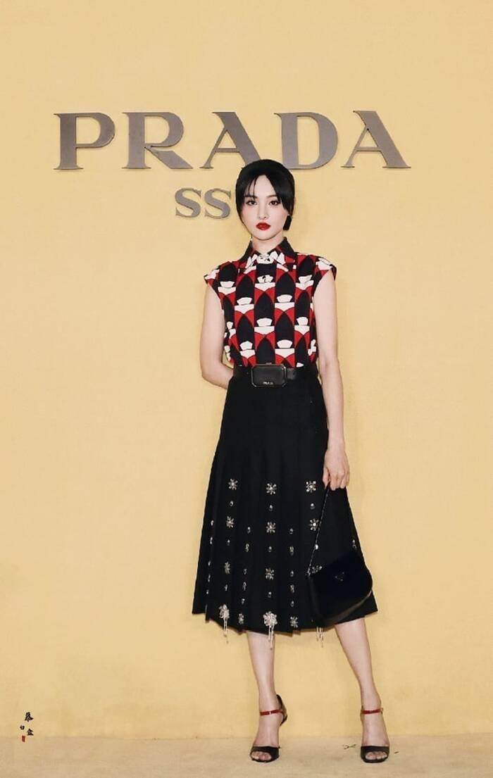 Trang phục cô mặc khi dự sự kiện của Prada cũng quá an toàn, nhàm chán, chưa xứng tầm đại sứ.