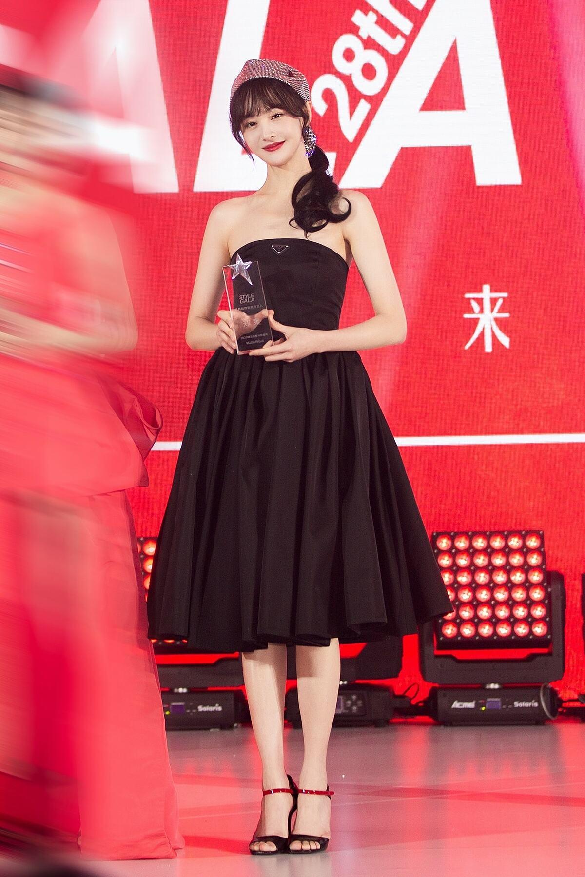 Các phom dáng váy nữ tính, cổ điển phù hợp với cô hơn hẳn những thiết kế phá cách, hiện đại.
