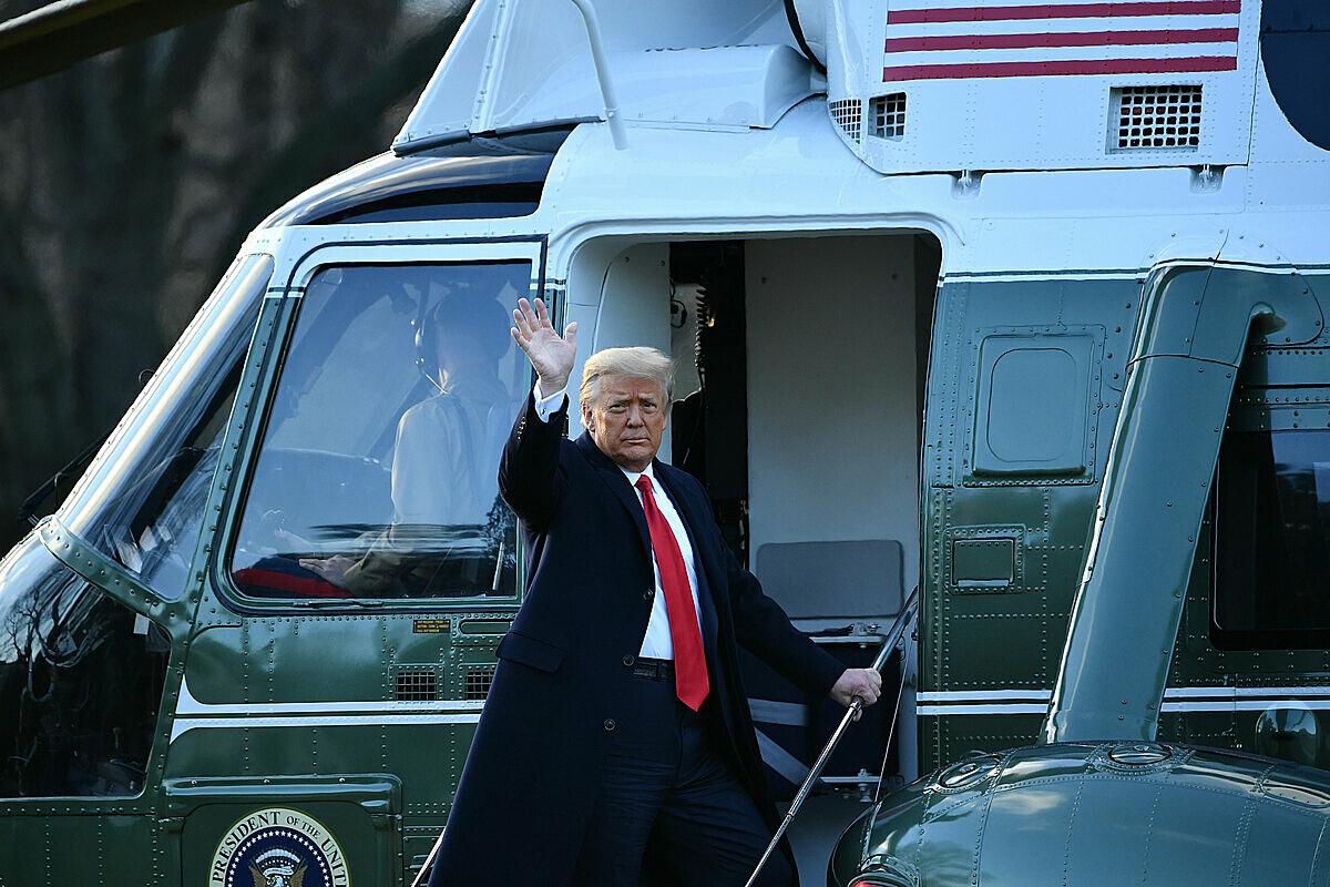 Tổng thống Donald Trump vẫy chào trước khi lên trực thăng Marine One. Ảnh: AFP.