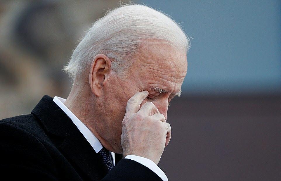 Joe Biden gạt nước mắt khi nhắc về con trai quá cố.